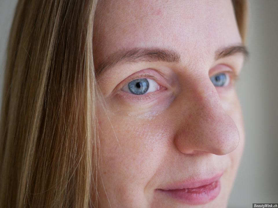 Das Gesicht bei der Anwendung der transparenten Augenmaske
