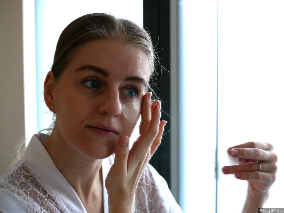 die Anwendung der Augenmaske Estee Lauder Advanced Night Repair Eye Mask