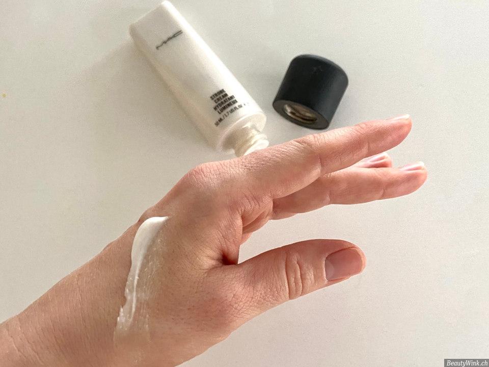 Der Glanz dem MAC Cosmetics Strobe Cream auf einer Hand