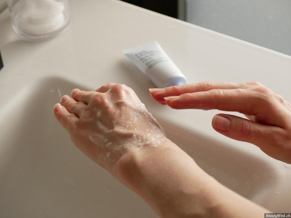 Estée Lauder Perfectly Clean der Schaum auf einer Hand