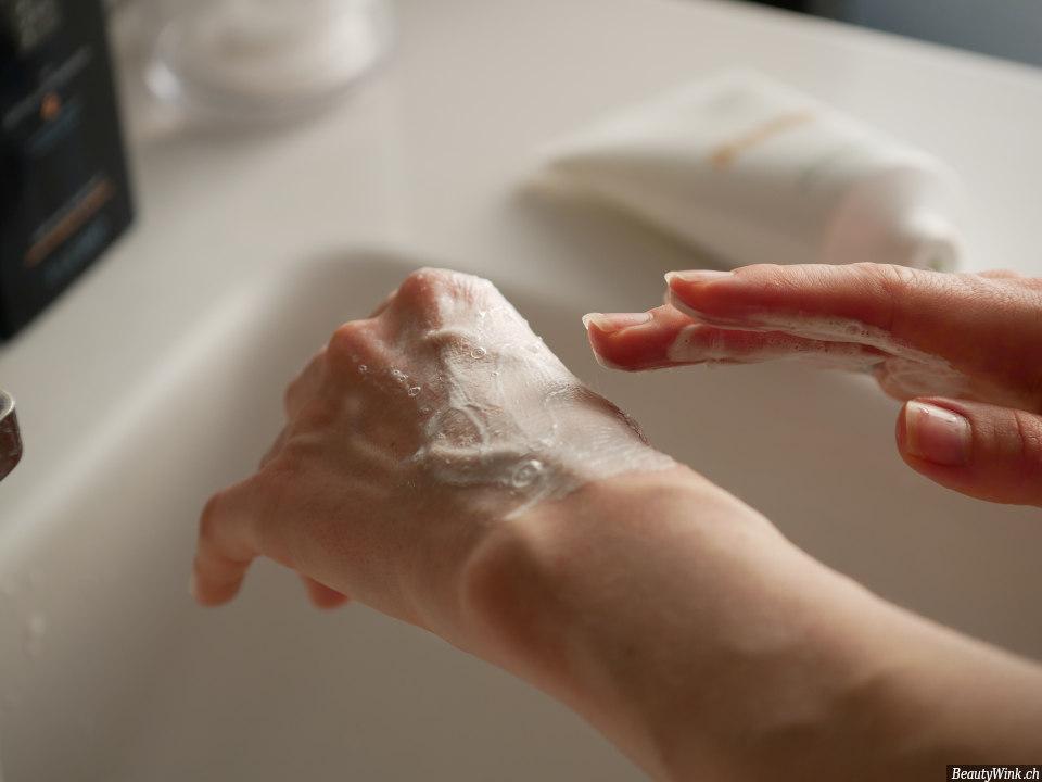 La Mer The Cleansing Foam der Schaum auf einer Hand