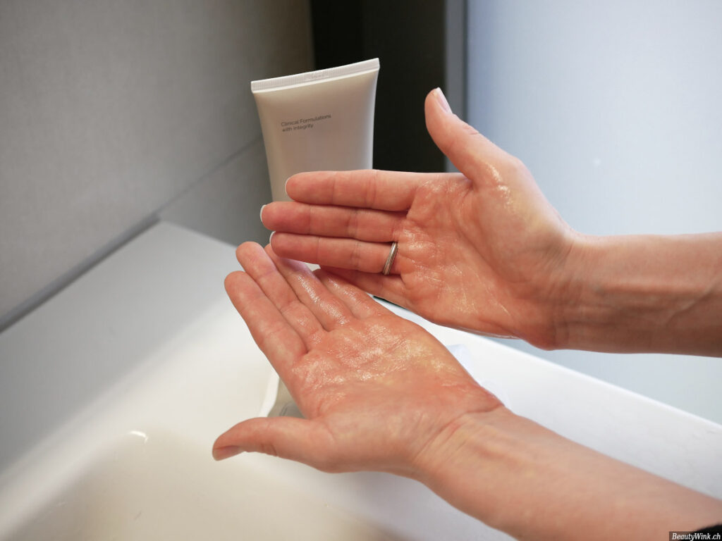 The Ordinary Squalane Cleanser an den Händen