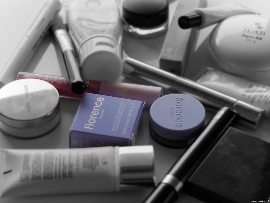 Florence By Mills Kosmetics am Tisch